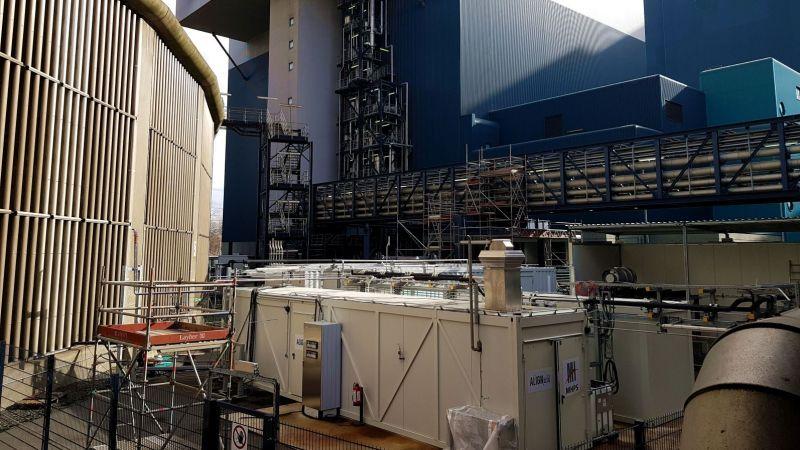 Lange Rohre transportieren das aus dem Rauchgas abgetrennte CO2 hin zur neuen Demonstrationsanlage des Projekts ALIGN-CCUS (vorne).