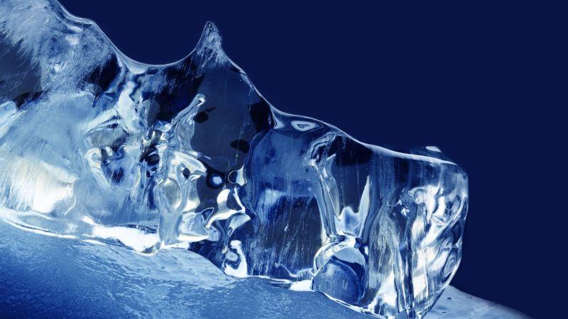Ein Stück Eis auf blauen Hintergrund