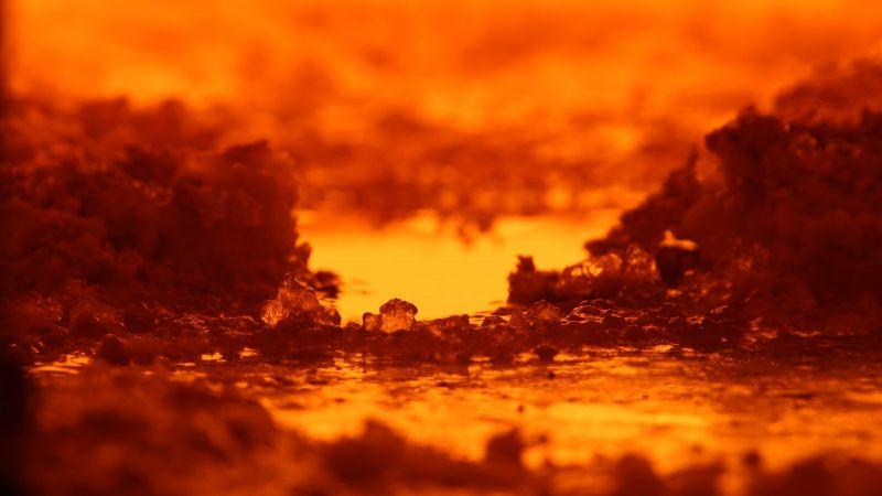 Blick in eine Glasschmelzwanne, orange glühende Glasschmelze
