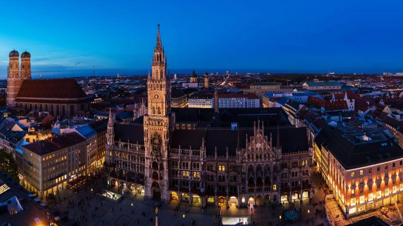 München - beleuchtetes Stadtpanorama bei Nacht