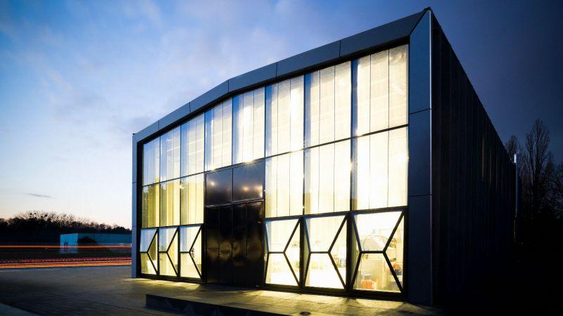 Außenansicht ETA-Fabrik: Das Gebäude der ETA-Forschungsfabrik leuchtet in der Nacht.