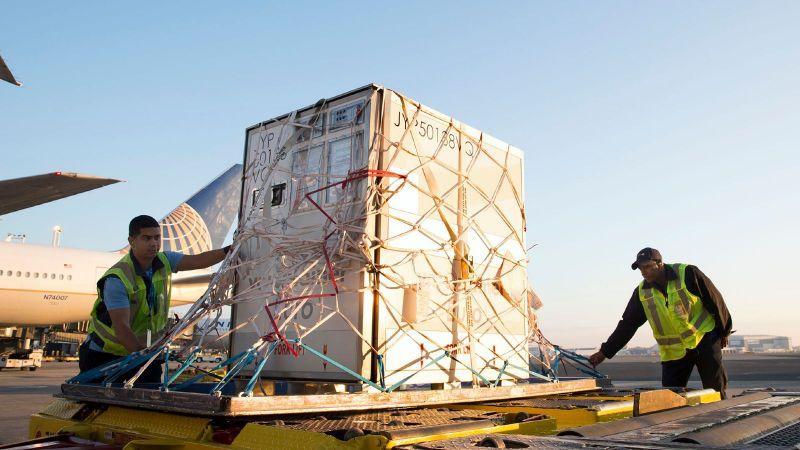 Luftfracht-Container ausgestattet mit Kühlakkus für den trockeneisfreien Impfstoff-Transport am Flughafen