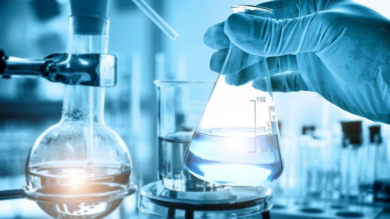 Symbolbild: Labor in der chemischen Industrie, verschiedene Gefäße mit Flüssigkeiten