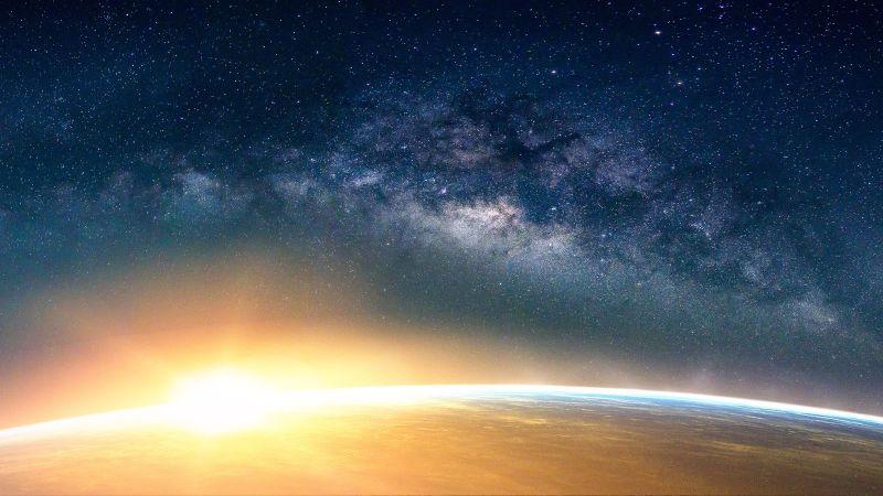 Blick auf die Erde aus dem All: Die Sonne scheint über den Horizont