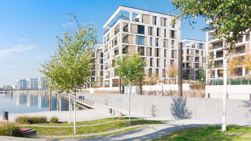 Modernes Wohnquartier an einem Fluss