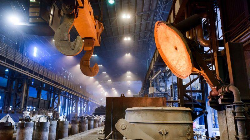 Sekundäre Stahlherstellung: Deckel eines glühenden Elektrolichtbogenofens