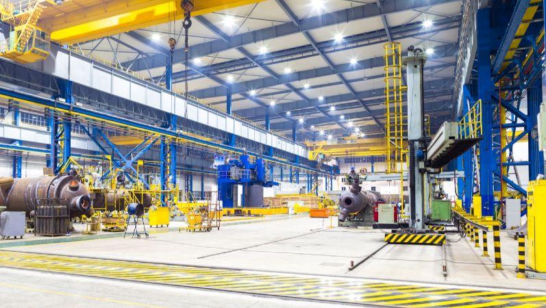 Symbolbild energieeffiziente Industrie zeigt eine Industriehalle von innen.