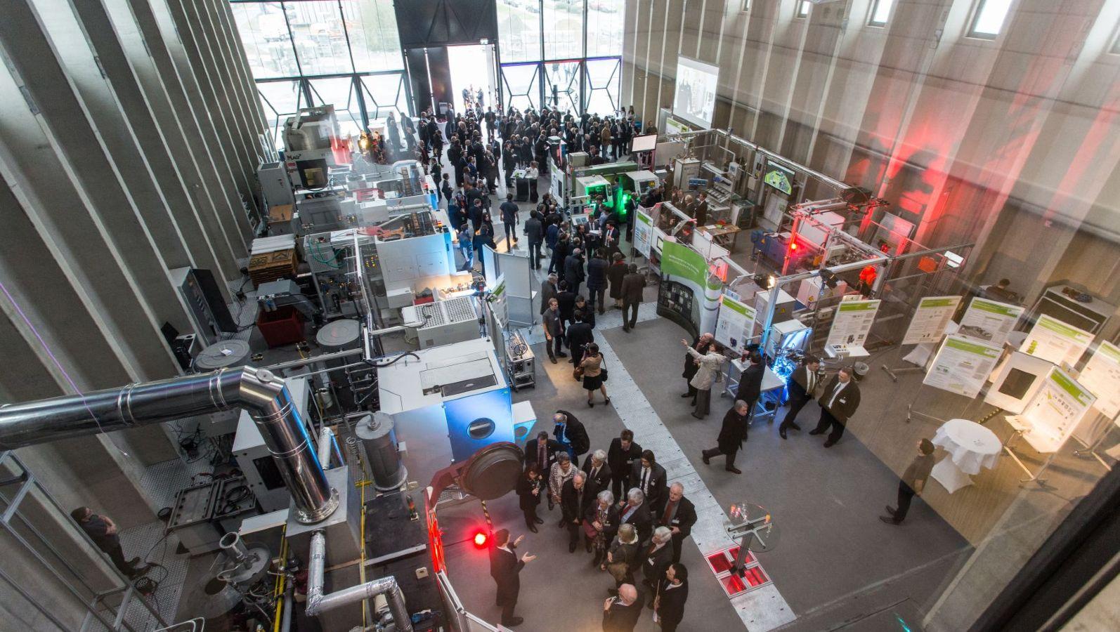 PHI-Factory an der TU Darmstadt - eine Industriehalle, die viele Menschen bei der Einweihung bestaunen.