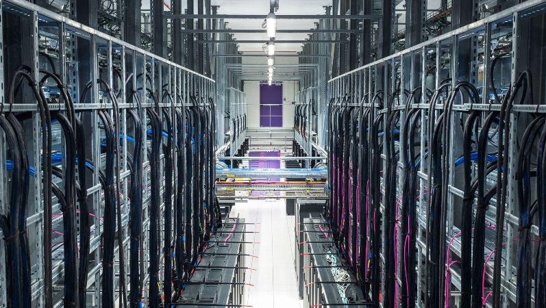 Künstliche Intelligenz: Symbolbild für Datensicherheit - Blick in ein IT-Rechenzentrum