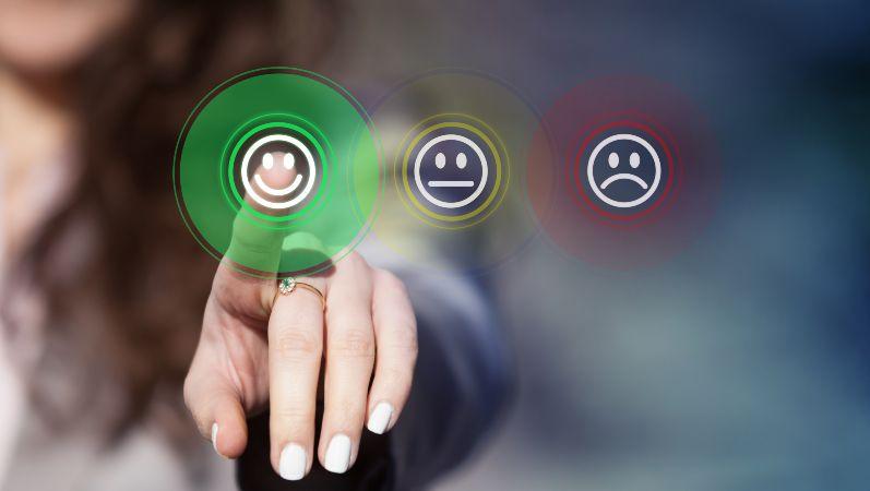 Akzeptanz: Eine Frau bewertet die Situation mit einem grünen lächelnden Smiley