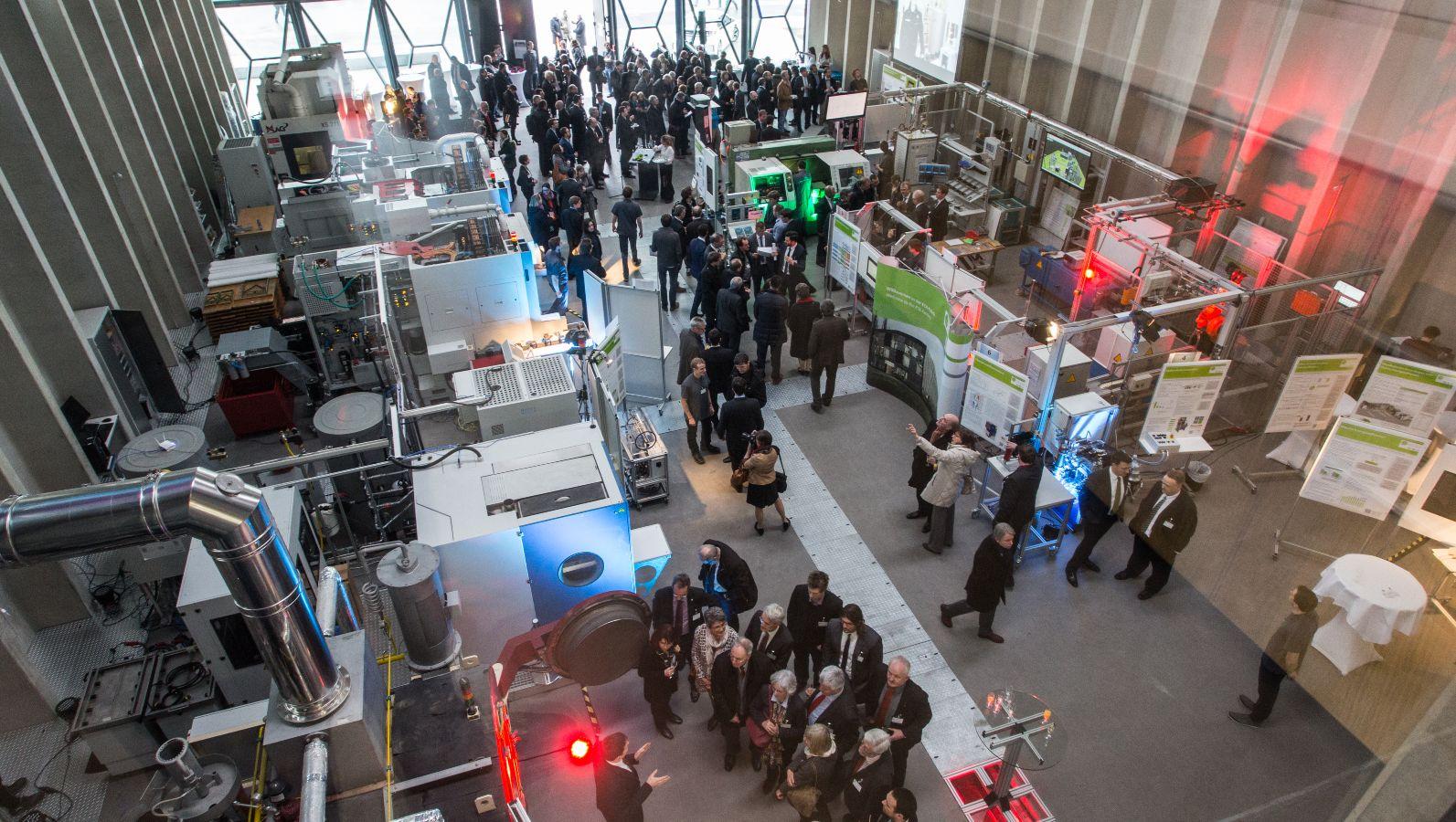 PHI-Factory an der TU Darmstadt - bei der Einweihung bestaunen viele Menschen die Fabrik der Zukunft.