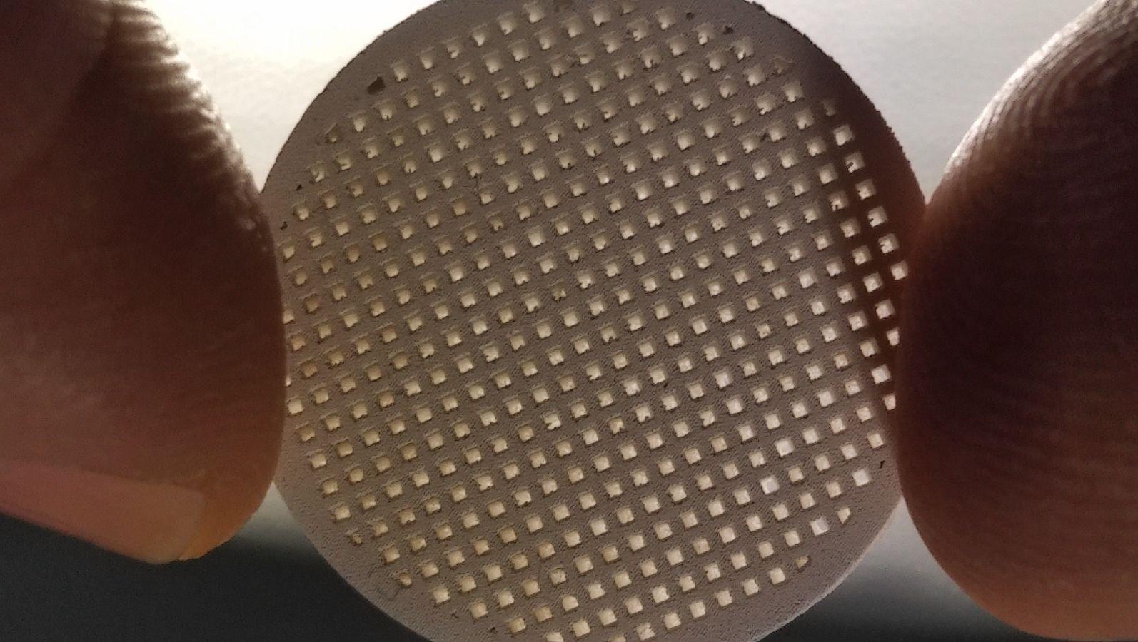 Nahaufnahme eines Membranträgers aus Magnesiumoxid (MgO) der im Forschungsprojekt AMAZING per 3D-Druck hergestellt wurde. © WZR ceramic solutions GmbH