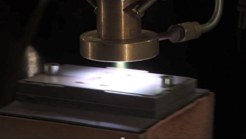 Plasma wird auf eine Oberfläche gesprüht.