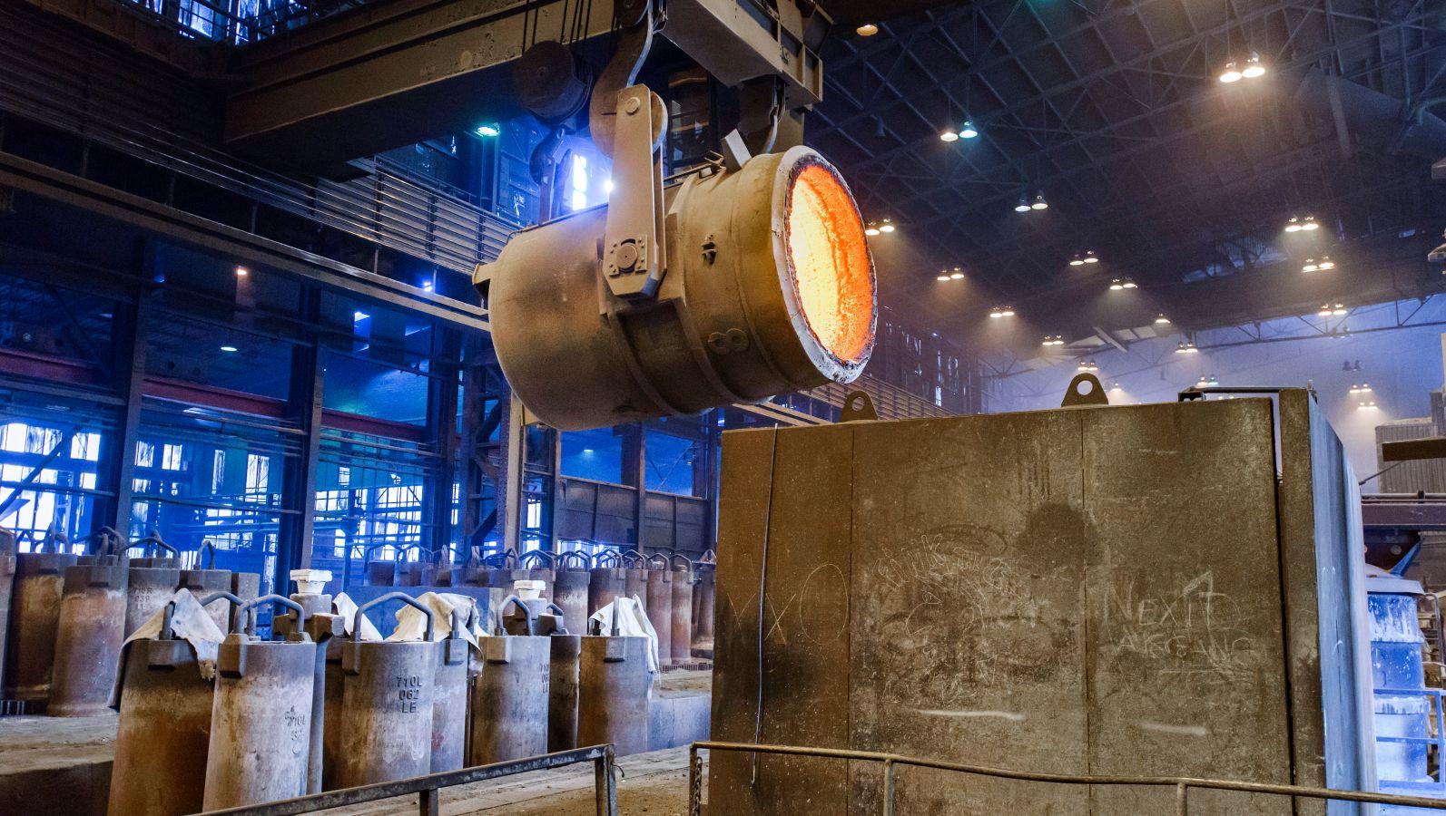 Bei der Sekundärstahlerzeugung wird Stahlschrott aufgeschmolzen und neu in Form gegossen.