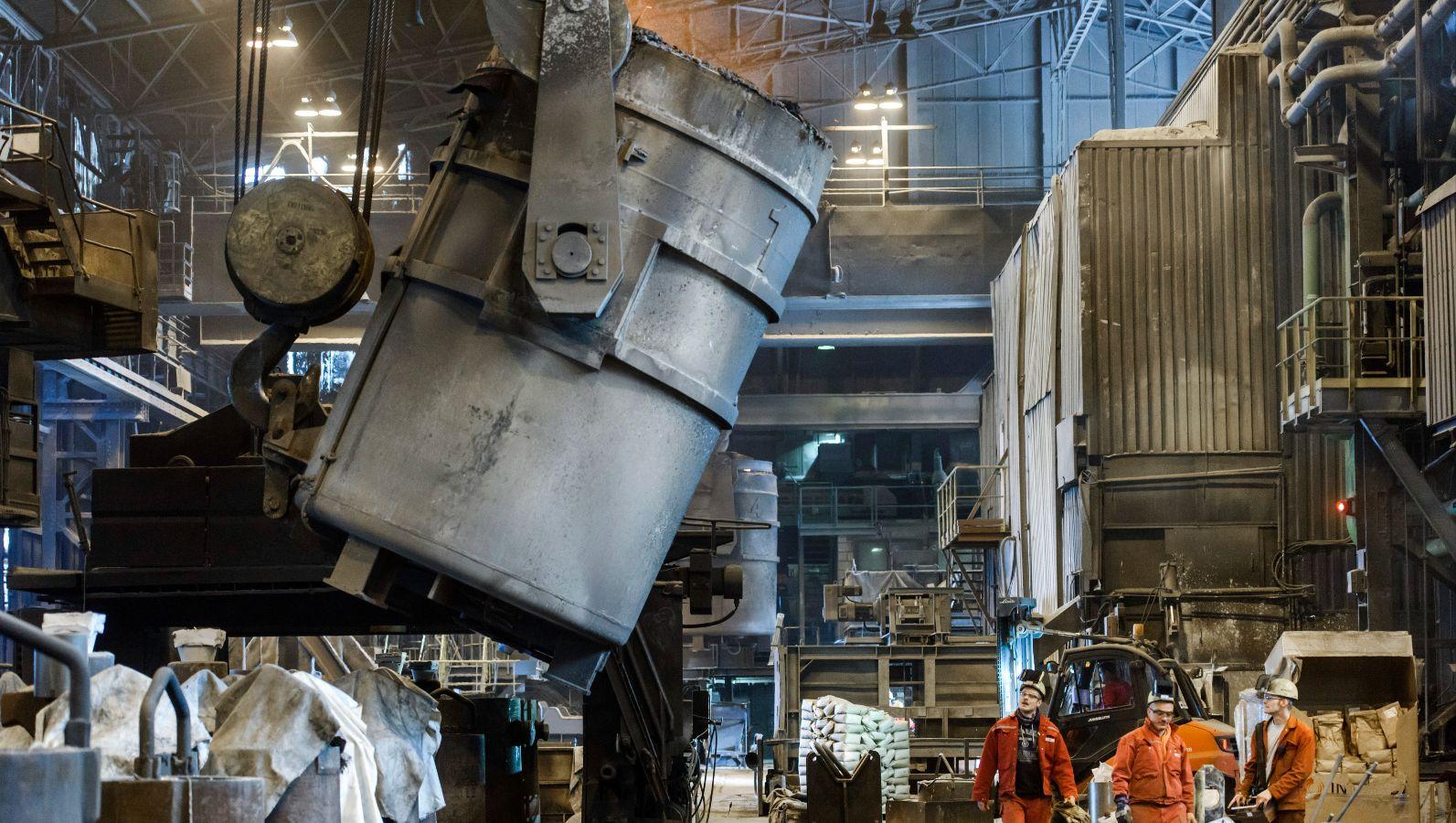 Produktionshalle zur Sekundärstahlerzeugung: Im Elektrolichtbogenofen wird Stahlschrott aufgeschmolzen.