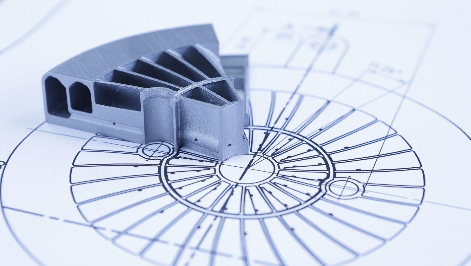 Technische Zeichnung und Prototyp-Bauteil einer additiven Gasmischvorrichtung