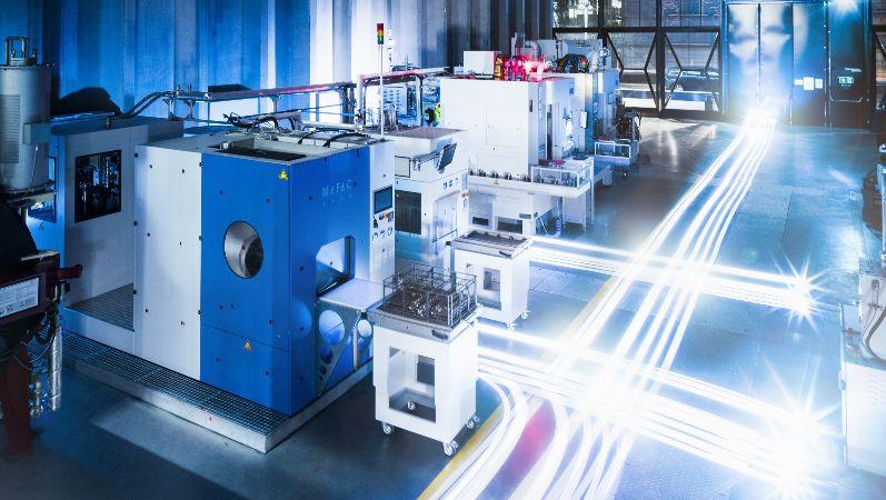 Produktionshalle mit modernen KI gesteuerten Maschinen.