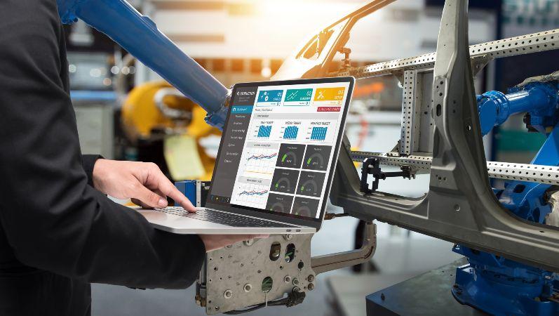 Es wird ein Laptop zum Überwachen der Produktion in der Industrie genutzt.