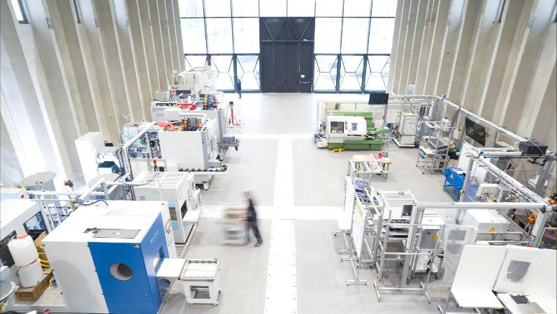 PHI-Factory - Blick in eine Industriehalle mit diversen Anlagen aus der Vogelperspektive.