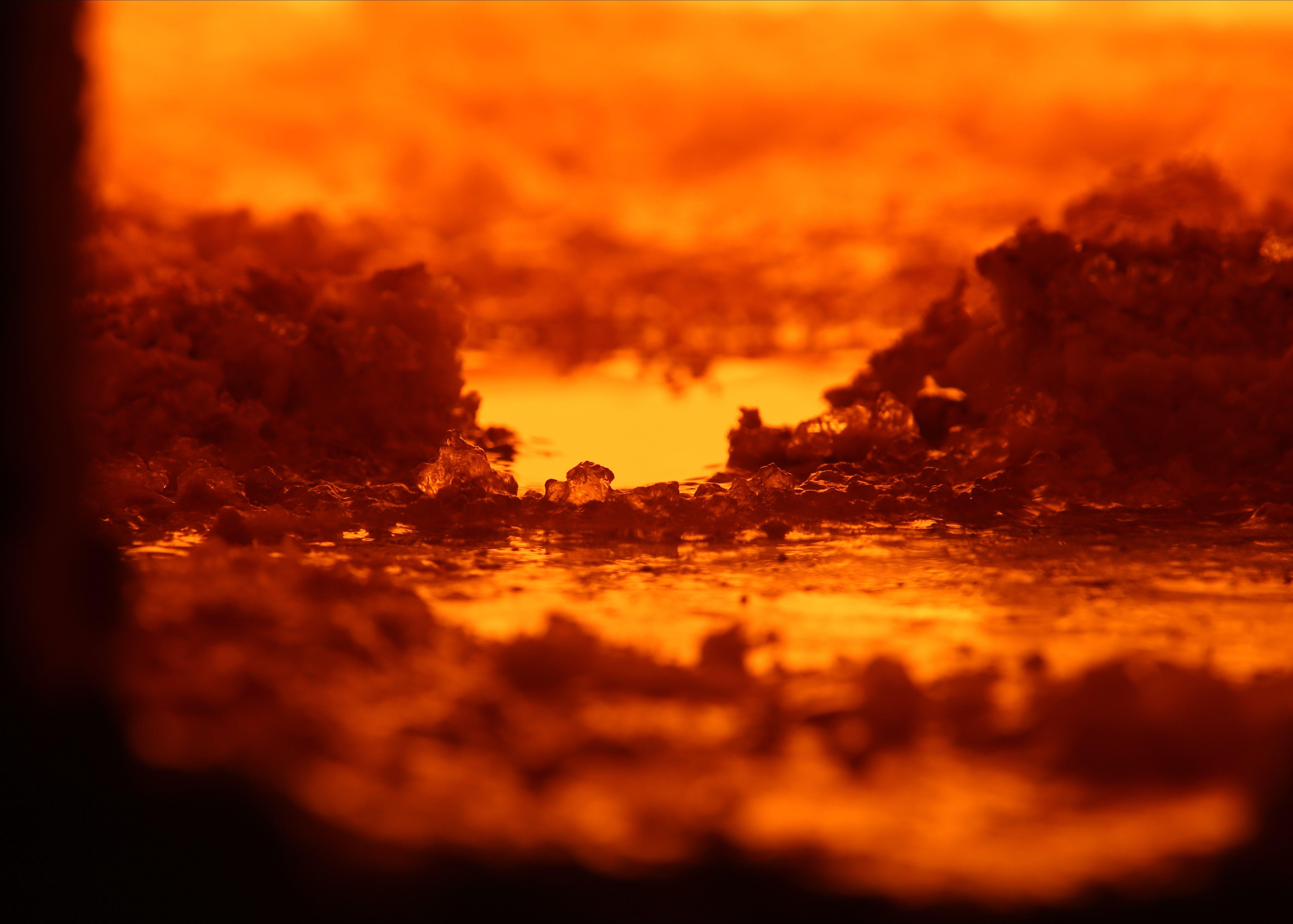 Blick in eine Glasschmelzwanne. Spezialgläser werden bei Temperaturen von 1.500 bis 1.700 Grad Celsius geschmolzen.