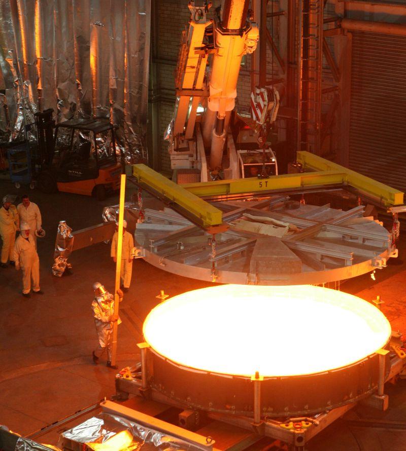 Guss eines 4-Meter-Teleskopspiegelträgers aus ZERODUR® Glaskeramik bei SCHOTT in Mainz. Nach dem Verlassen des Schmelzofens hat der Guss eine Temperatur von über 1.000 Grad Celsius.