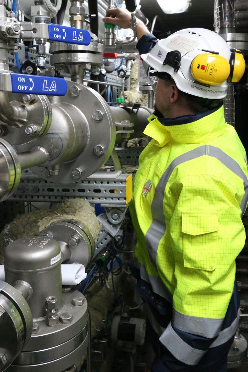 Forschungsprojekt ALIGN-CCUSH: Arbeiter steht im Kraftwerk vor der Demonstrationsanlage.