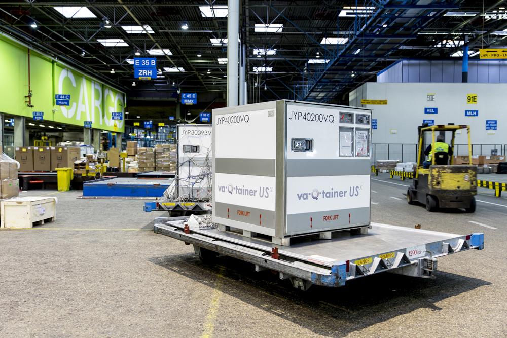 Ein Luftfrachtcontainer von va-Q-tec wird am Flughafen zum Transport vorbereitet.