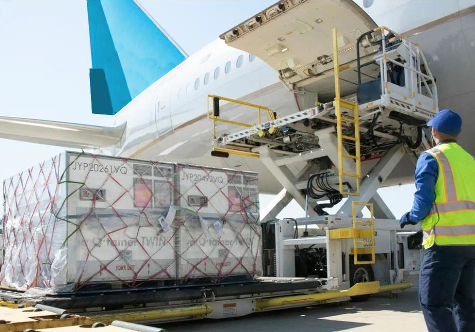Ein Luftfrachtcontainer mit Kühlakkus aus Phasenwechselmaterial wird in ein Flugzeug geladen